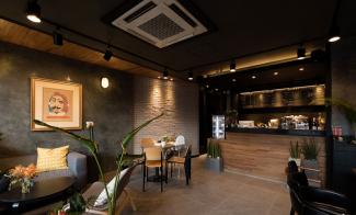 따뜻한 톤으로 디자인한 모던 카페 인테리어